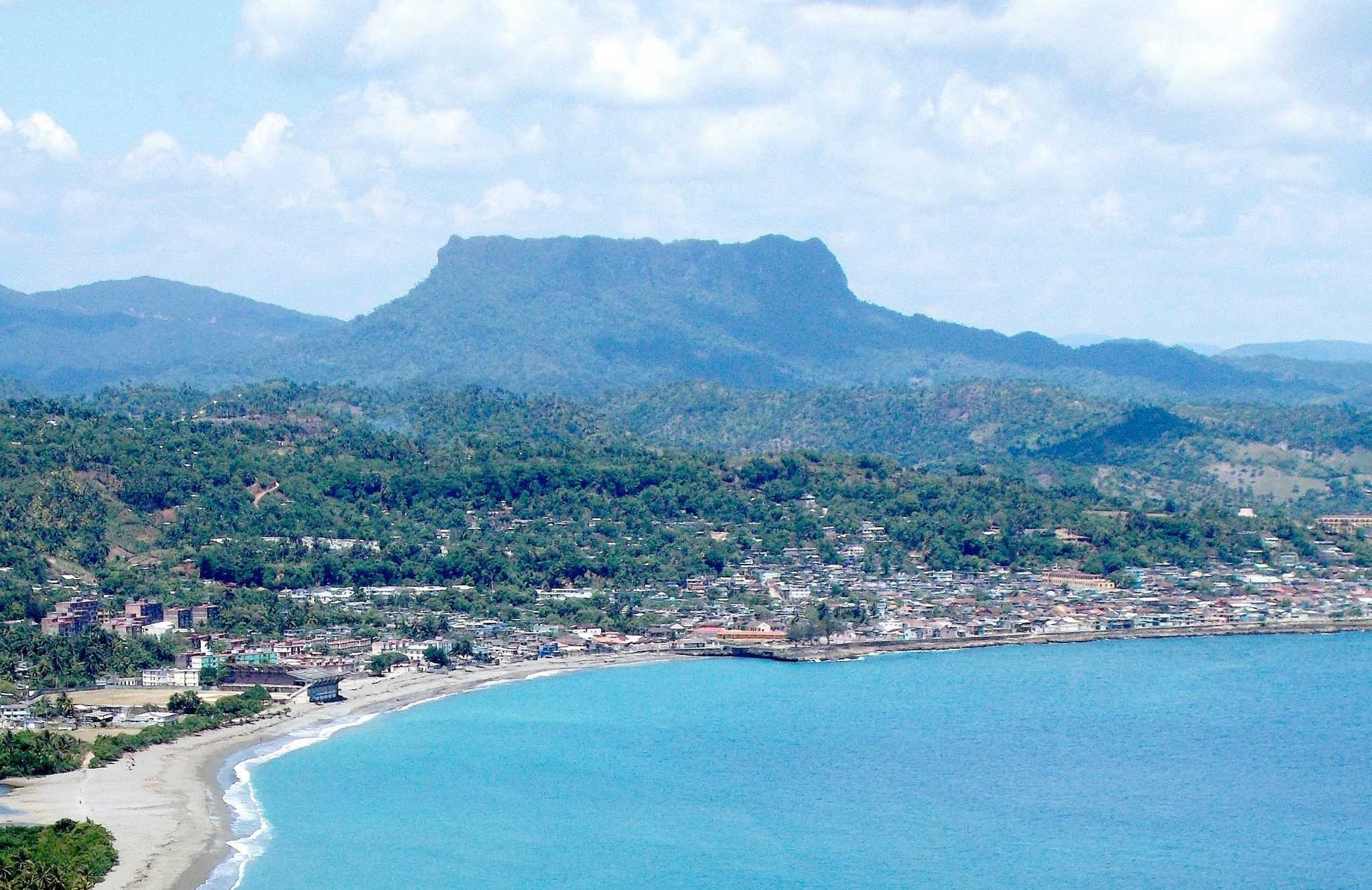 El_Yunque_and_Baracoa,_Cuba,_from_the_south,_taken_May_2013_(cropped)